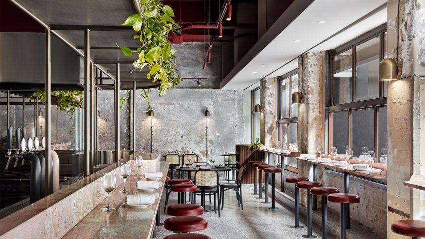 Розовый мрамор и неоднородный бетон подражают архитектуре Древнего Рима в паста-баре «Pentolina» в Мельбурне