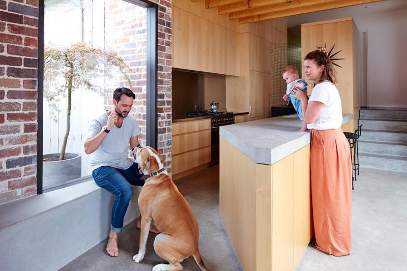 15 вдохновенных примеров кухонь с бетонными столешницами