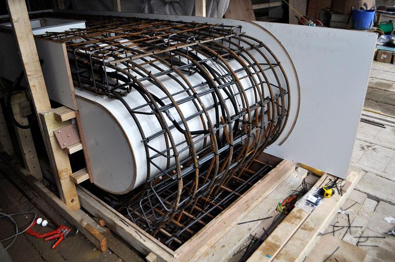 Эта бетонная столешница на кухне полностью игнорирует гравитацию