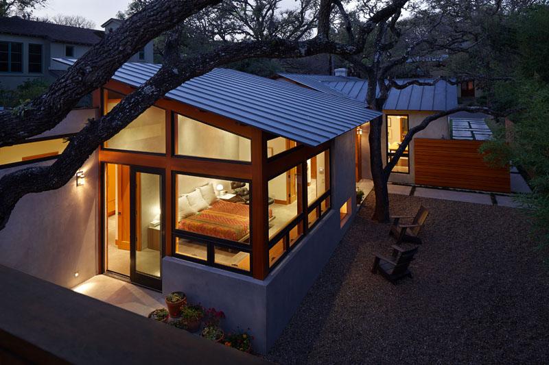 Этот техасский дом из дерева и бетона был отреставрирован для проживания для семьи из трех человек