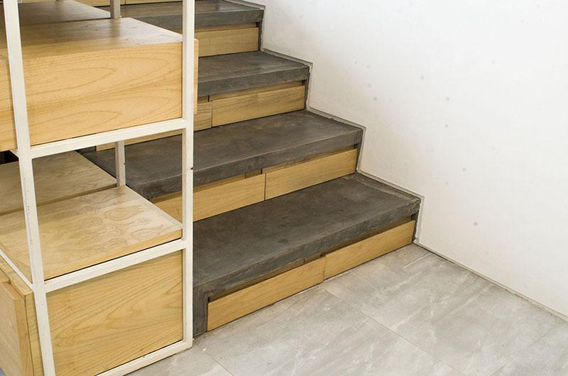 Под этой лестницей из дерева и бетона спрятано дополнительное место для хранения вещей