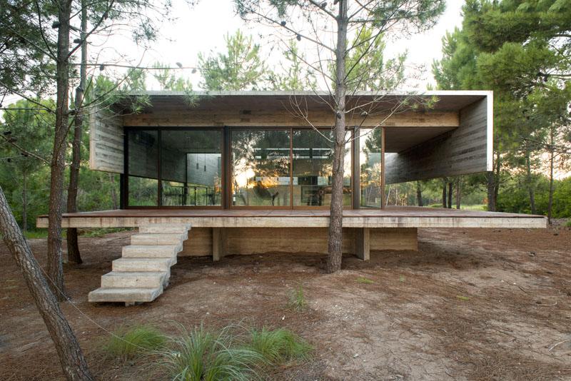 Архитектор Лучано Крук (Luciano Kruk) недавно завершил строительство дома дома «S+J» в Буэнос-Айресе, Аргентина, который почти полностью выполнен из бетона. Этот дом был построен в качестве летнего домика посреди леса, и заказчики время от времени сдают его в аренду двум семьям. В доме два уровня, разделяющих публичные пространства от спальных.