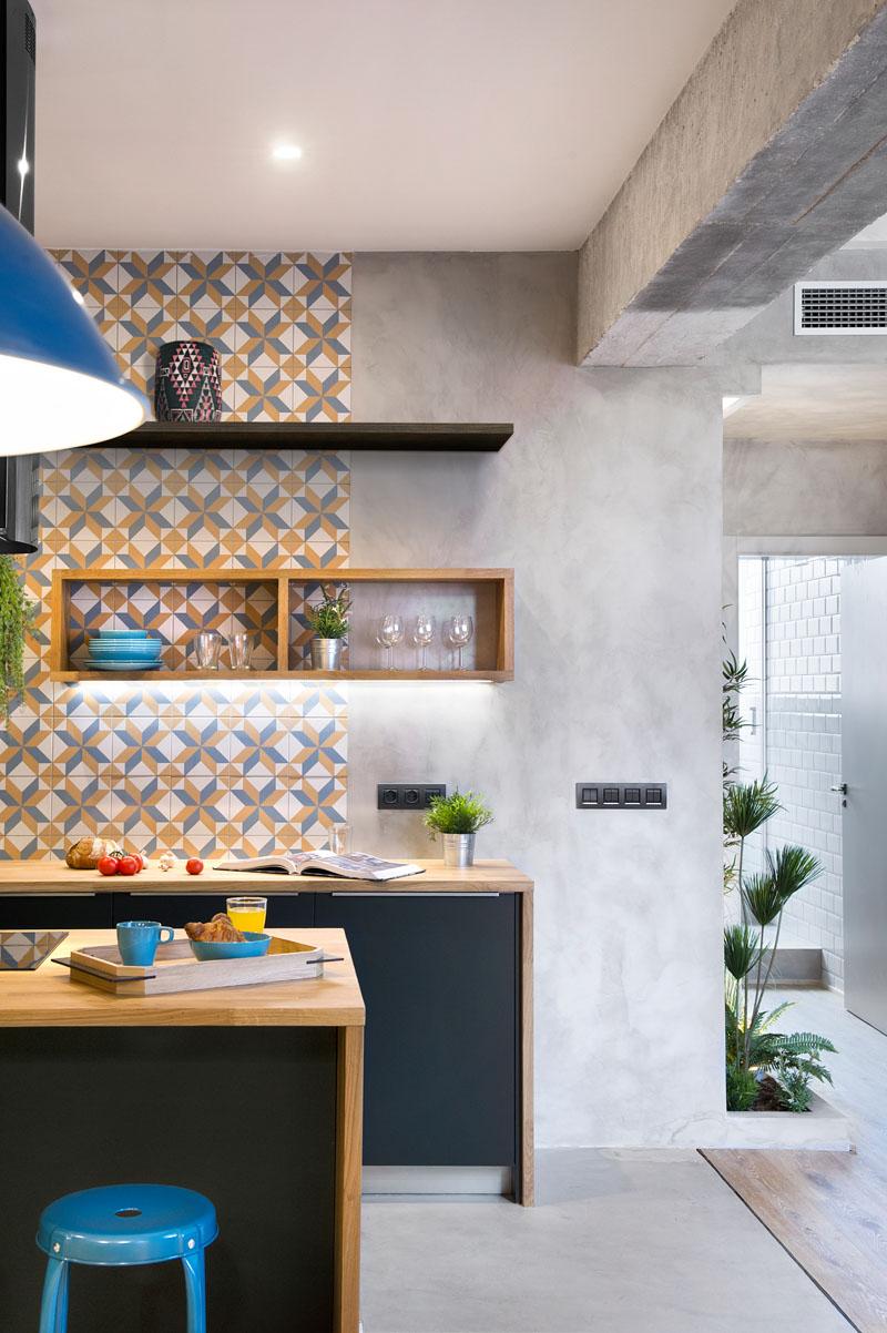 В этой перепроектированной испанской квартире сочетаются бетон, дерево, плитка и черные акценты