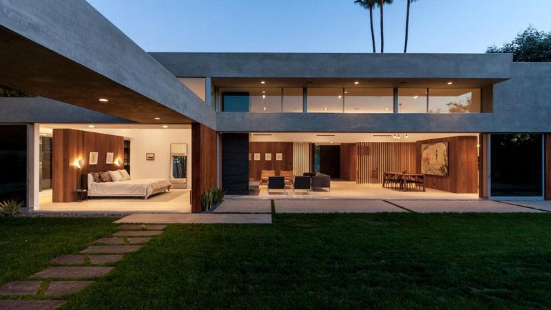Этот новый дом был построен из дерева и бетона на крутом склоне в Беверли-Хиллз, Калифорния