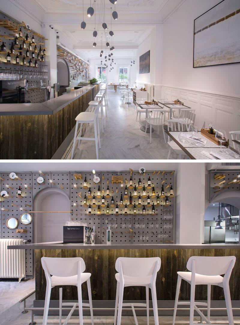 Бетонные перфорированые плиты на стенах этого кафе создают уникальное пространство для стеллажей