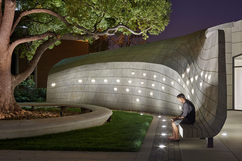 Места для сидения в этой открытой лечебнице выполнены из бетона